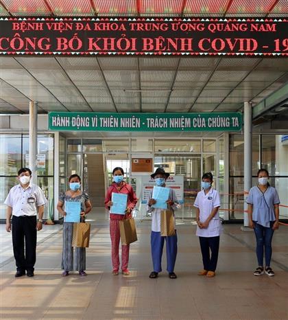 Các bệnh nhân tại Quảng Nam được chữa khỏi bệnh sáng ngày 9/9/2020. Ảnh: Trịnh Bang Nhiệm - TTXVN