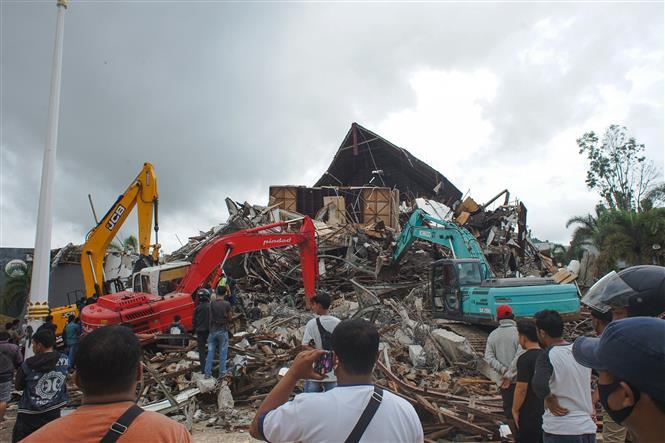 Nhân viên cứu hộ tìm kiếm nạn nhân bị mắc kẹt dưới những đống đổ nát sau trận động đất ở Mamuju, Tây Sulawesi, Indonesia, ngày 15/1/2021. Ảnh: THX/TTXVN