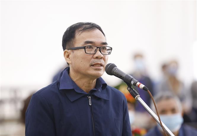 Bị cáo Trương Văn Út (50 tuổi, cựu Phó Trưởng phòng Quản lý đất, Sở Tài nguyên và Môi trường Thành phố Hồ Chí Minh) khai báo trước tòa. Ảnh: Doãn Tấn - TTXVN