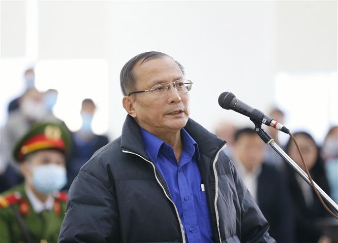 Bị cáo Lê Quang Minh (63 tuổi, cựu Trưởng phòng Phát triển hạ tầng, Sở Kế hoạch và Đầu tư Thành phố Hồ Chí Minh) khai báo trước tòa. Ảnh: Doãn Tấn - TTXVN