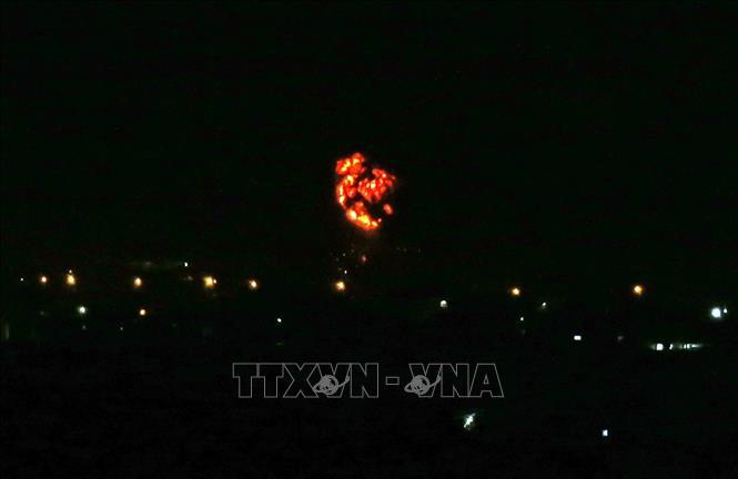 Khói bốc lên sau cuộc không kích do Israel tiến hành