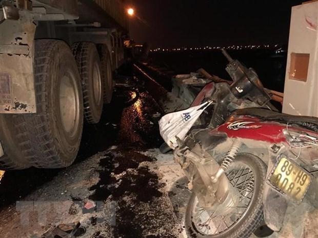 Hiện trường một vụ va chạm giữa xe máy với xe ôtô đầu kéo. Ảnh minh họa. (Nguồn: TTXVN)