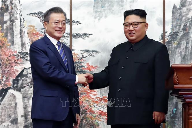 (tư liệu): Tổng thống Hàn Quốc Moon Jae-in (trái) và nhà lãnh đạo Triều Tiên Kim Jong-un (phải) tại cuộc gặp ở Bình Nhưỡng ngày 19/9/2018. Ảnh: AFP/TTXVN