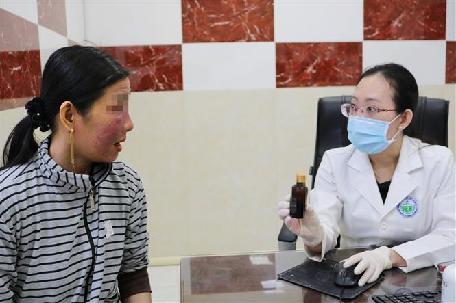 """Bệnh nhân bị tai biến da do mỹ phẩm làm trắng cấp tốc tìm đến bác sỹ Bệnh viện Da liễu Thành phố Hồ Chí Minh """"cầu cứu"""". Ảnh: TTXVN phát"""
