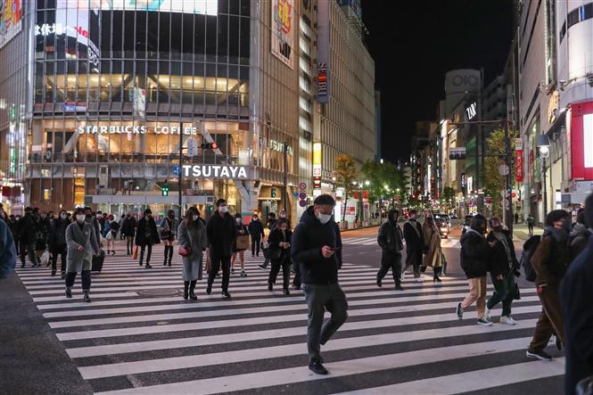 Người dân đeo khẩu trang phòng lây nhiễm COVID-19 tại Tokyo, Nhật Bản, ngày 9/1/2021. Ảnh: THX/ TTXVN
