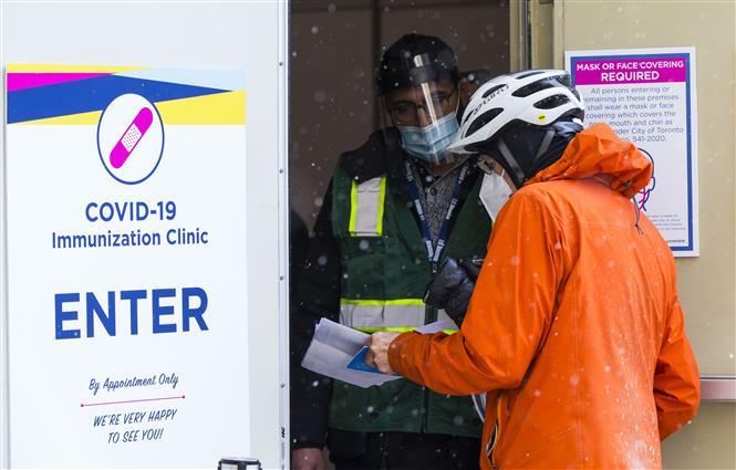 Trong ảnh: Một điểm tiêm vaccine ngừa COVID-19 tại Toronto, Ontario, Canada, ngày 18/1/2021. Ảnh: THX/TTXVN