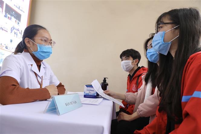 Tình nguyện viên tham gia đăng ký thử nghiệm lâm sàng vắc xin COVIVAC tại Lễ khởi động. Ảnh: Minh Quyết - TTXVN