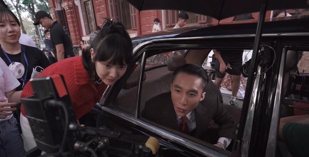 Hải Tú luôn là người đứng cạnh Sơn Tùng khi anh quan sát các cảnh quay trên phim trường (Ảnh: FBNV).