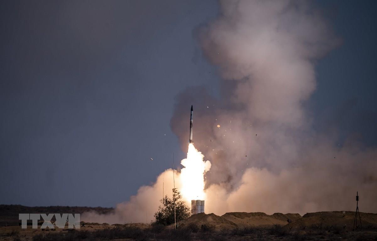 Tên lửa được phóng từ hệ thống S-400 của Nga tại căn cứ quân sự Ashuluk. (Ảnh: AFP/TTXVN)