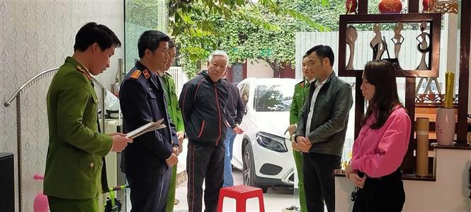 Lực lượng Công an tỉnh Thanh Hoá thi hành Lệnh khám xét nơi ở của Nguyễn Đình Bảo. Ảnh: Trịnh Duy Hưng - TTXVN