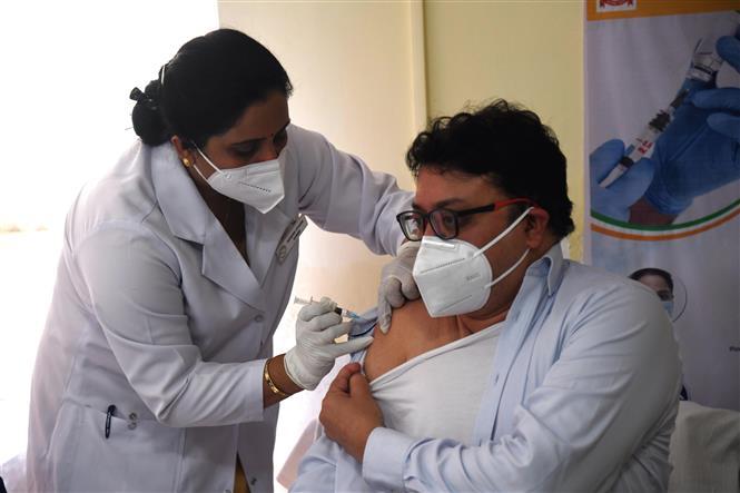 Một nhân viên y tế được tiêm vaccine ngừa COVID-19 tại New Delhi, Ấn Độ ngày 16/1/2021. Ảnh: THX/TTXVN