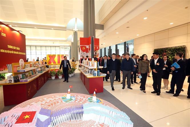 Trong ảnh: Đồng chí Lê Minh Hưng, Ủy viên Trung ương Đảng, Chánh Văn phòng Trung ương Đảng cùng đoàn công tác kiểm tra khu trưng bày sách tại đại hội. Ảnh: Phan Tuấn Anh - TTXVN