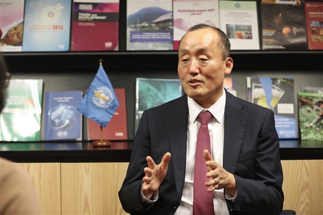 Trong ảnh: Tiến sỹ Kidong Park, Trưởng Đại diện WHO tại Việt Nam trả lời phỏng vấn của phóng viên Thông tấn xã Việt Nam. Ảnh: Minh Quyết - TTXVN