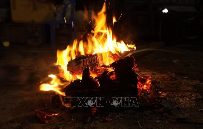 Đốt than, củi sưởi ấm được nhiều người sử dụng trong những ngày lạnh giá