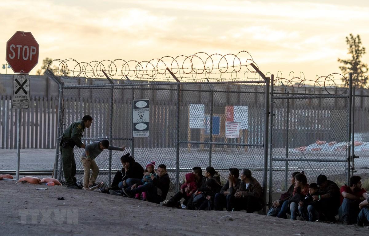 Lực lượng biên phòng Mỹ bắt giữ một nhóm người di cư gần Cầu quốc tế Paso Del Norte, nối giữa các thành phố biên giới Mỹ và Mexico ngày 18/4/2019. (Ảnh: AFP/TTXVN)