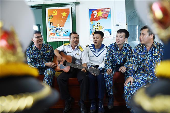 Các chiến sĩ cất cao tiếng hát ca ngợi đất nước, mừng Đảng, mừng Xuân mới. Ảnh: Minh Đức - TTXVN