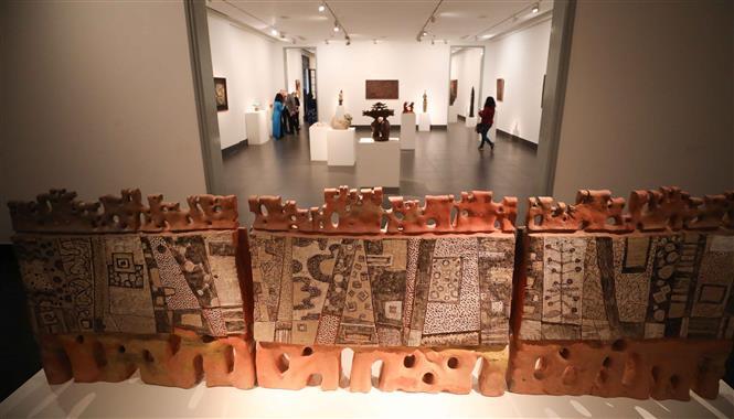 Trong ảnh: Các tác phẩm được trưng bày tại triển lãm. Ảnh: Thanh Tùng - TTXVN