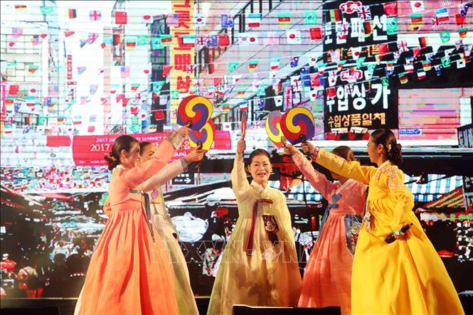 người hâm mộ hallyu theo dõi các sản phẩm văn hóa Hàn Quốc nhiều hơn trong đại dịch viêm đường hô hấp cấp COVID-19