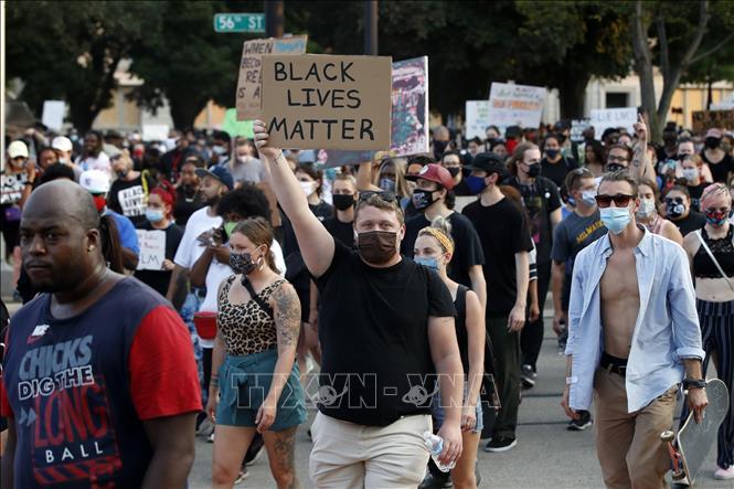 Người biểu tình phản đối phân biệt chủng tộc tập trung tại Kenosha, Wisconsin, Mỹ, ngày 24/8/2020. Ảnh: AFP/TTXVN