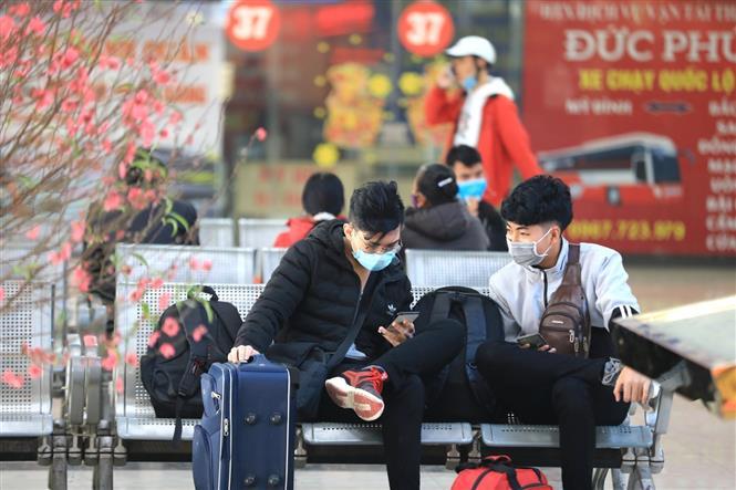 Trong ảnh: Dịp cuối năm là thời điểm người dân sử dụng dịch vụ xe khách khá nhiều nên tất cả cần nâng cao ý thức phòng chống dịch. Ảnh: Thành Đạt - TTXVN