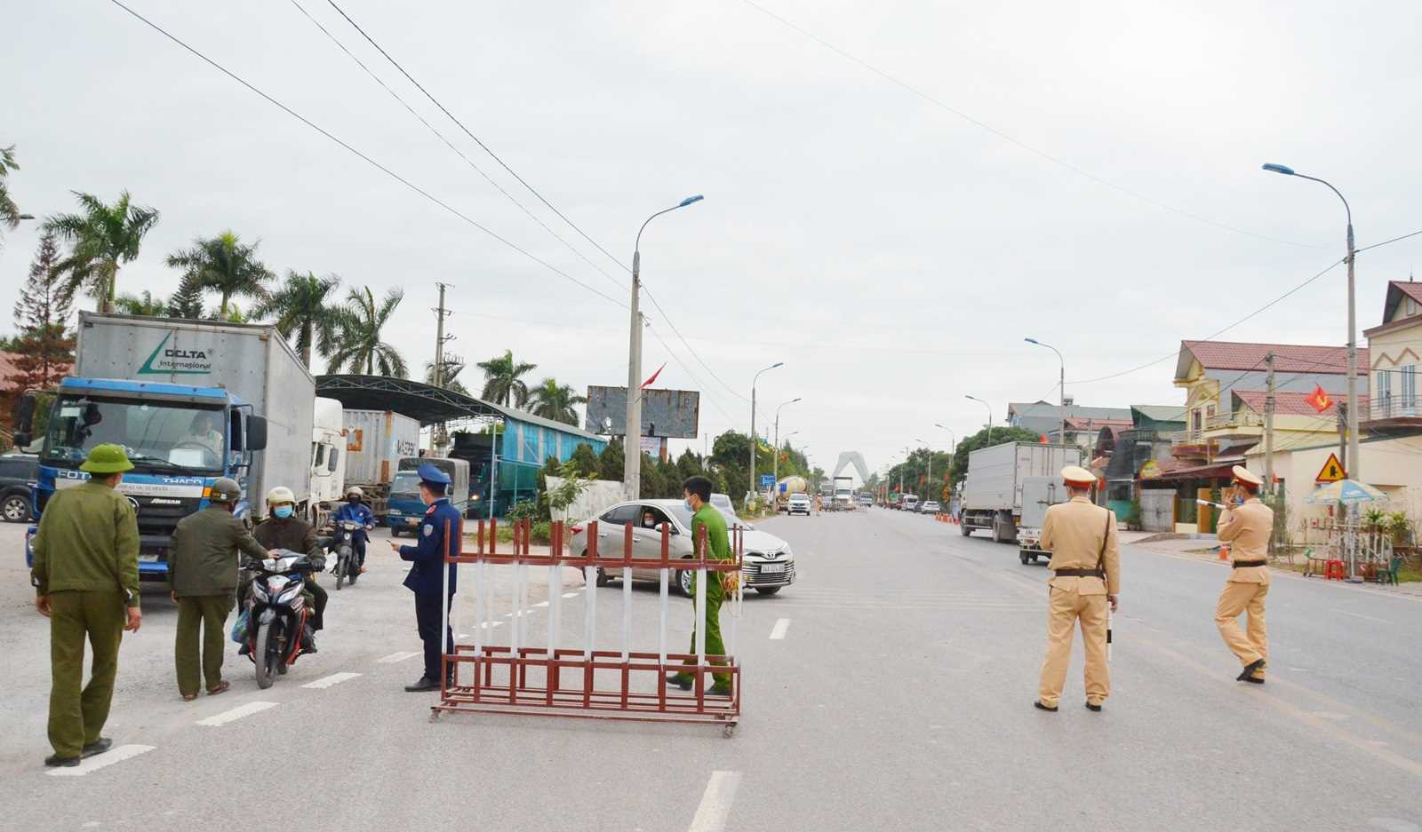 Lực lượng chức năng Quảng Ninh thực thi nhiệm vụ tại cầu Vàng Chua, xã Bình Dương, thị xã Đông Triều Quảng Ninh