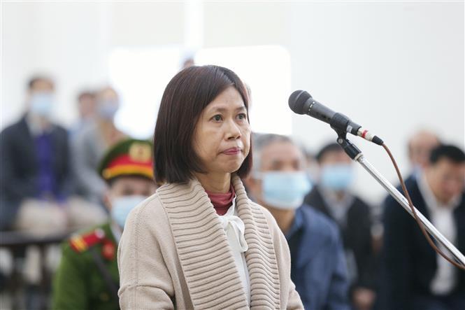 Bị cáo Nguyễn Lan Châu (45 tuổi, cựu chuyên viên Phòng Quản lý đất, Sở Tài nguyên và Môi trường Thành phố Hồ Chí Minh) khai báo trước tòa. Ảnh: Doãn Tấn - TTXVN