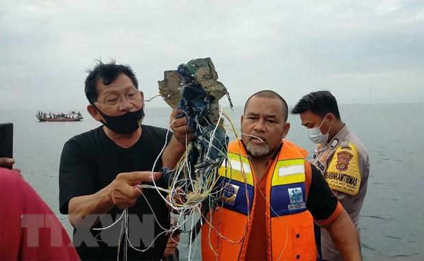 Những vật thể được cho là thiết bị và đồ dùng của hành khách trên máy bay mất liên lạc thuộc Hãng hàng không Sriwijaya Air, Indonesia. (Ảnh: Twitter/TTXVN)
