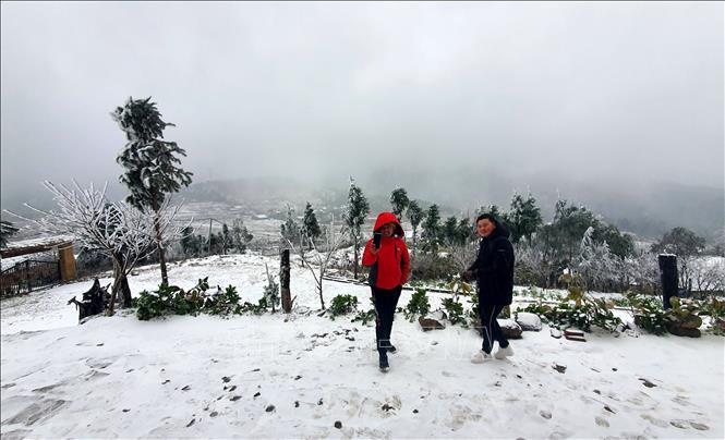 Du khách thích thú với mưa tuyết tại Y Tí