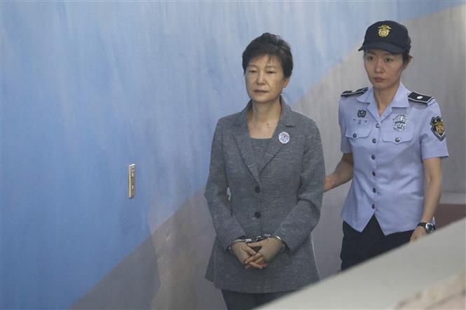 Trong ảnh (tư liệu): Cựu Tổng thống Hàn Quốc Park Geun-hye (trái) tới phiên tòa ở Seoul ngày 25/8/2017. Ảnh: AFP/TTXVN