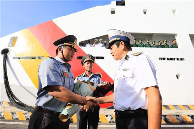 Trong ảnh: Chuẩn đô đốc Ngô Văn Thuân, Chính ủy Vùng 4 Hải quân động viên các cán bộ, chiến sĩ trong đoàn công tác. Ảnh: Thành Đạt - TTXVN