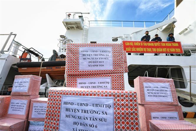 Trong ảnh: Những món quà từ đất liền chuẩn bị được chuyển lên tàu để đến với quân, dân huyện đảo Trường Sa (Khánh Hòa). Ảnh: Thành Đạt - TTXVN