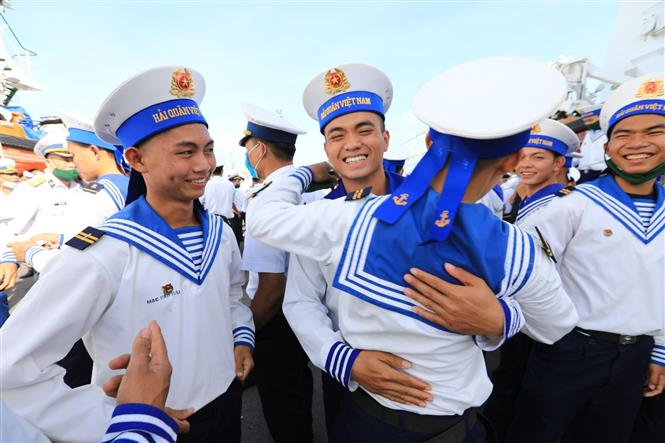 Trong ảnh: Chiến sỹ mới dành cho nhau những cái ôm động viên tinh thần trước khi lên đường nhận nhiệm vụ. Ảnh: Thành Đạt - TTXVN