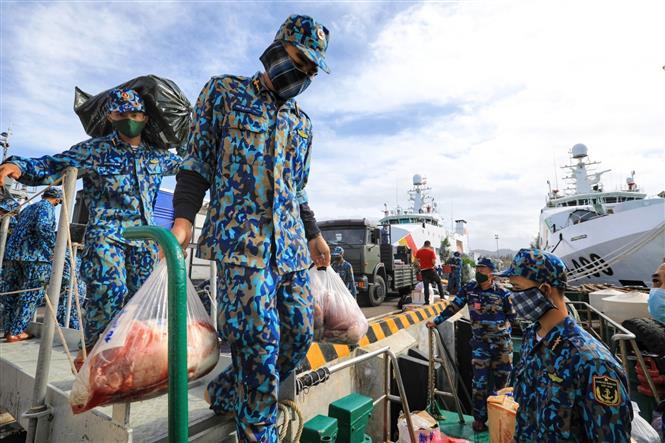 Trong ảnh: Những thực phẩm như thịt tươi, gà sống được vận chuyển cẩn thận lên tàu. Ảnh: Thành Đạt - TTXVN