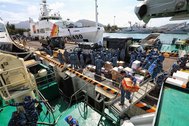 Trong ảnh: Chiến sĩ Lữ đoàn 146 vận chuyển nhu yếu phẩm, quà Tết lên tàu tại quân cảng Cam Ranh, sáng 9/1/2021. Ảnh: Thành Đạt - TTXVN