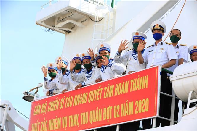 Trong ảnh: Các cán bộ, chiến sĩ Hải quân vùng 4 Chào tạm biệt đất liền. Ảnh: Thành Đạt - TTXVN