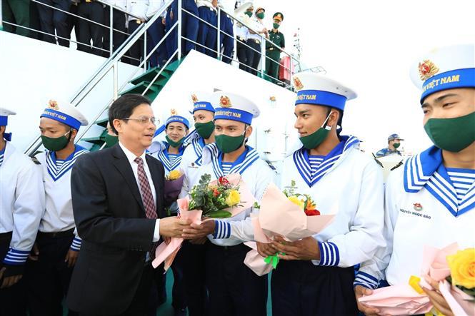 Trong ảnh: Chủ tịch tỉnh Khánh Hòa Nguyễn Tấn Tuân tặng hoa cho các chiến sĩ. Ảnh: Thành Đạt - TTXVN