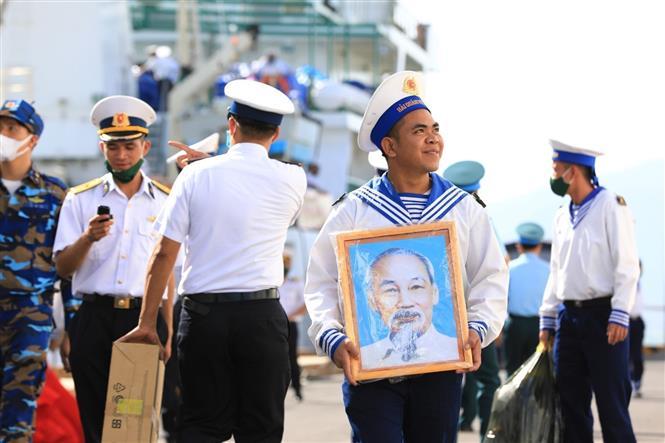 Trong ảnh: Các cán bộ, chiến sĩ Hải quân lên tàu ra nhận nhiệm vụ tại huyện đảo Trường Sa. Ảnh: Thành Đạt - TTXVN