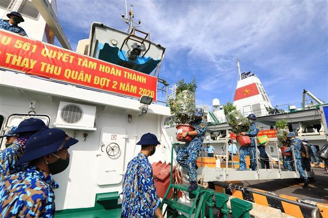 Trong ảnh: Những chậu quất cảnh trĩu quả, những nhu yếu phẩm, quà Tết được chuyển lên tàu một cách cẩn thận để mang tới Trường Sa thân yêu. Ảnh: Thành Đạt - TTXVN