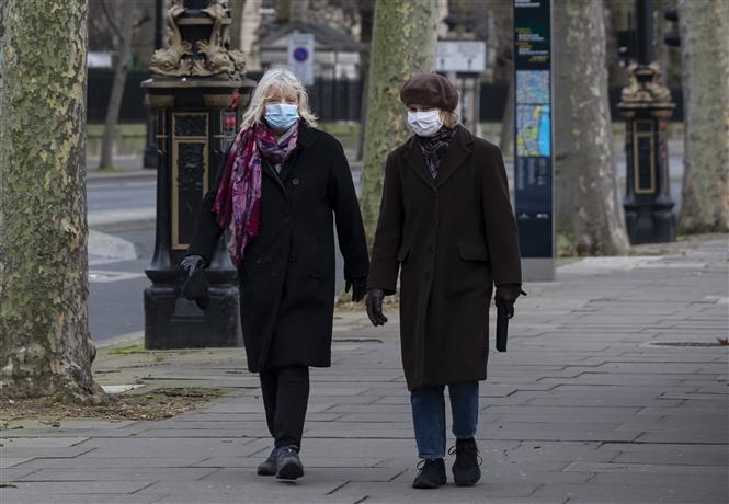 Người dân đeo khẩu trang phòng dịch COVID-19 ở London, Anh ngày 5/1/2021. Ảnh: THX/TTXVN