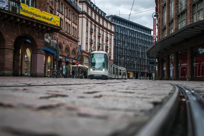 Cảnh vắng vẻ trên đường phố tại Strasbourg, Pháp, trong thời gian phong tỏa nhằm ngăn chặn sự lây lan của COVID- ngày 30/10/2020. Ảnh: AFP/ TTXVN