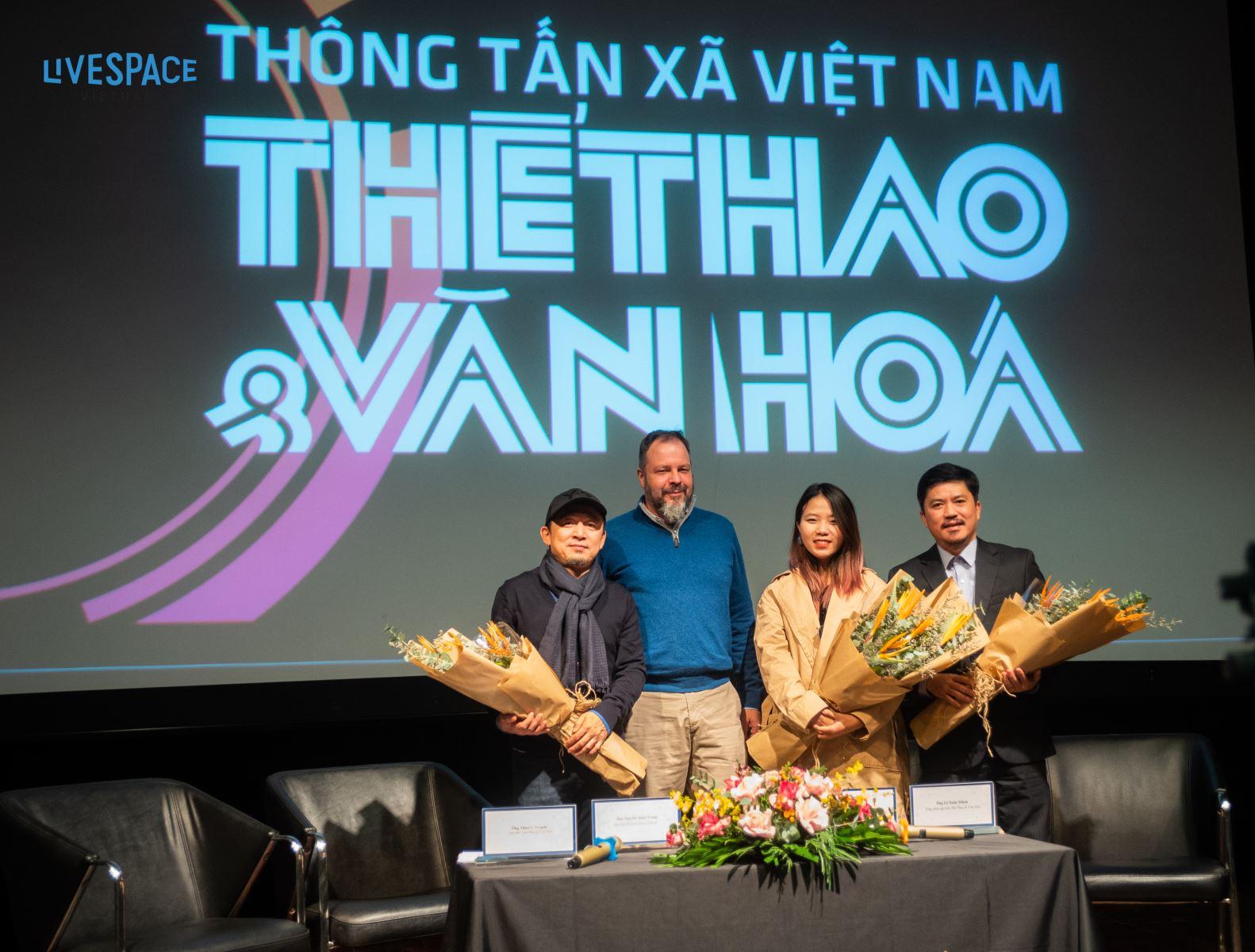 Ban tổ chức dự án: ông Thierry Vergon (áo xanh), nhạc sĩ Quốc Trung, đại diện hãng phát hành nhạc số Believe