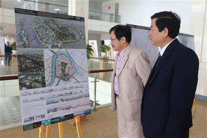 Tham quan thiết kế tổng thể di tích Quốc gia đặc biệt Khu lưu niệm Chủ tịch Hồ Chí Minh. Ảnh: Bích Huệ - TTXVN
