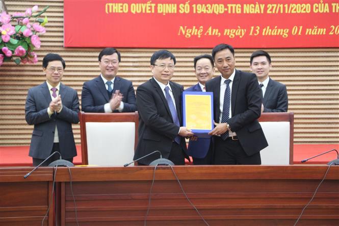 Ký kết và bàn giao hồ sơ Quy hoạch bảo tồn, tôn tạo và phát huy giá trị di tích Quốc gia đặc biệt Khu lưu niệm Chủ tịch Hồ Chí Minh. Ảnh: Bích Huệ - TTXVN