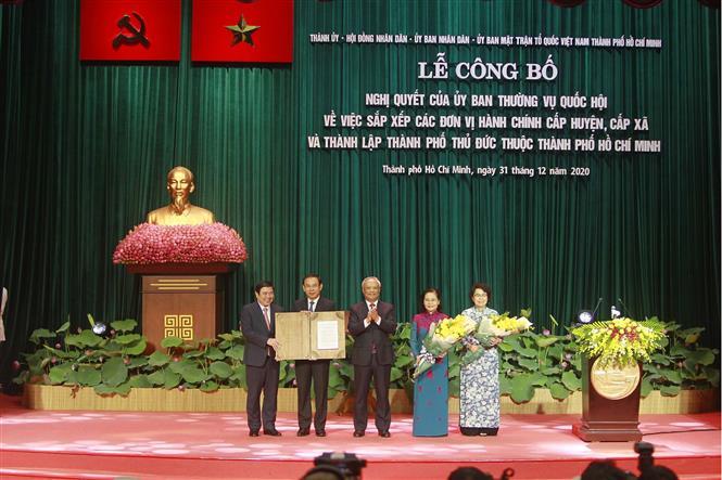 Trong ảnh: Trao Nghị quyết của Ủy ban Thường vụ Quốc hội về việc sắp xếp các đơn vị hành chính và thành lập Thành phố Thủ Đức trực thuộc Thành phồ Hồ Chí Minh tại lễ công bố. Ảnh: Thanh Vũ - TTXVN