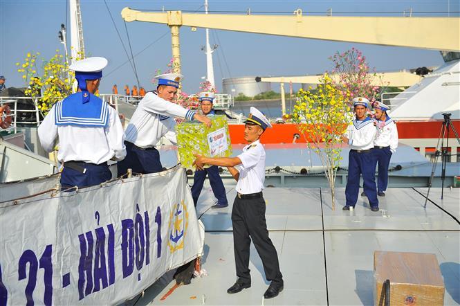 Các chiến sỹ chuyển những món quà cuối cùng trước khi tàu xuất cảng. Ảnh: Minh Đức-TTXVN