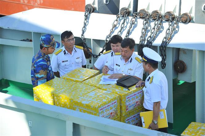 Kiem tra quà và nhu yếu phẩm lên tàu để mang ra cho các chiến sĩ ngoài nhà giàn. Ảnh: Minh Đức - TTXVN