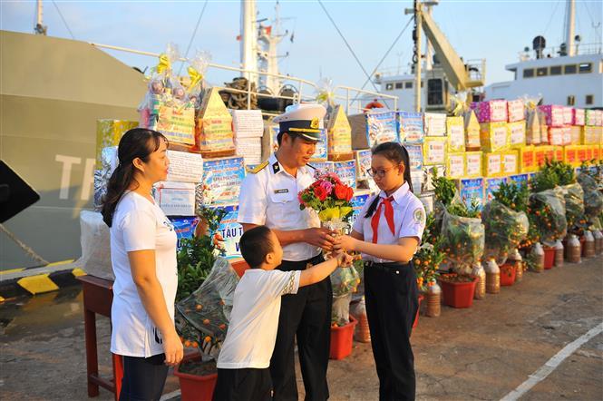 Người sĩ quan Hải quân lưu luyến chia tay người thân để lên đường làm nhiệm vụ. Ảnh: Minh Đức-TTXVN