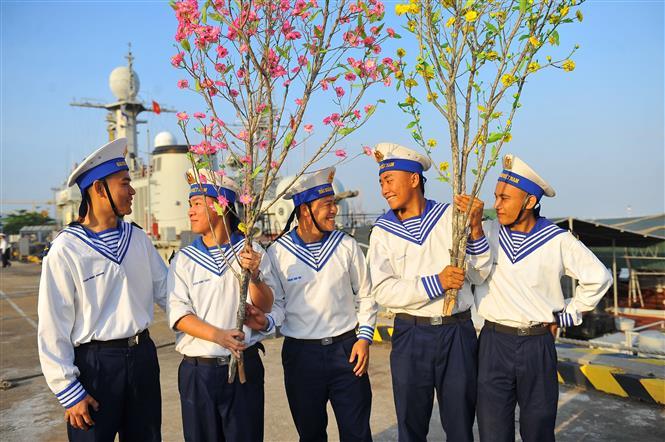 Những cành mai, đào mang theo tình cảm ấm áp từ đất liền gửi đến những người lính đang canh giữ biển đảo thiêng liêng của Tổ quốc. Ảnh: Minh Đức-TTXVN