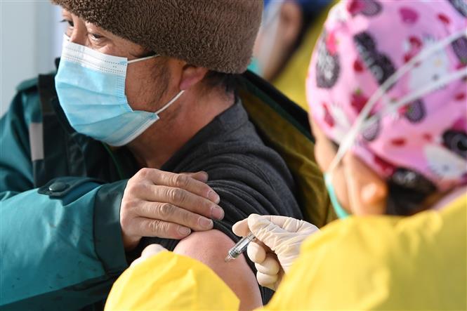 Trong ảnh: Tiêm chủng vaccine ngừa COVID-19 cho người dân tại Bắc Kinh, Trung Quốc, ngày 6/1/2021. Ảnh: THX/TTXVN
