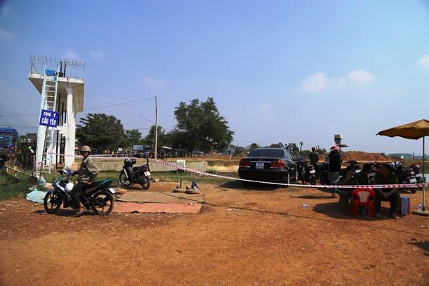 Lực lượng chức năng phong tỏa hiện trường, tiến hành trục vớt thi thể nạn nhân. (Nguồn: tuoitre.vn)
